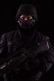 Specialista in uniforme con la mitragliatrice - avanti fotografia stock