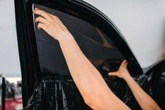 Specialistarbete med bilen som tonar filminstallation Royaltyfri Bild