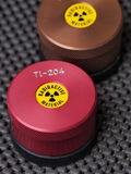 Specialistbehållare med varningsklistermärken och gravyr som innehåller radioaktiva isotoper Royaltyfria Bilder