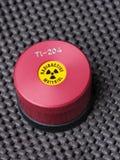 Specialistbehållare med varningsklistermärken och gravyr som innehåller thalliumen för radioaktiv isotop arkivbilder