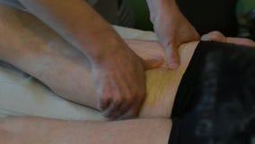 Specialisten gör en massage till den rörelsehindrade personen lager videofilmer