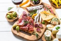 Specialità gastronomiche dell'antipasto - carne, formaggio e vino fotografie stock