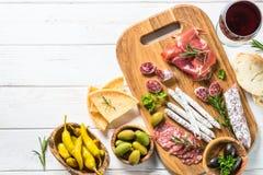 Specialità gastronomiche dell'antipasto - carne, formaggio ed olive immagini stock