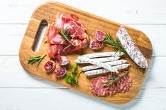 Specialità gastronomiche dell'antipasto - carne, formaggio ed olive fotografia stock libera da diritti