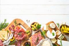 Specialità gastronomiche dell'antipasto - carne, formaggio ed olive fotografie stock libere da diritti
