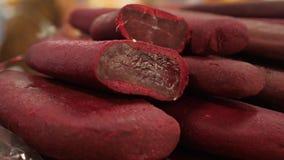 Specialità gastronomiche e formaggio della carne sul contatore nel bazar 4K video d archivio