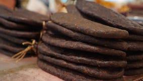 Specialità gastronomiche e formaggio della carne sul contatore nel bazar 4K archivi video