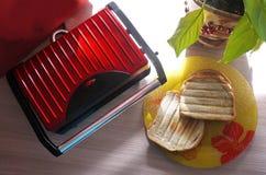 Specialt ett elektriskt galler för framställning av varma smörgåsar arkivbilder