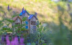 Specialt hus för användbara trädgårds- kryp som byggs av naturliga material Skapar naturliga villkor för att underhålla Royaltyfria Bilder