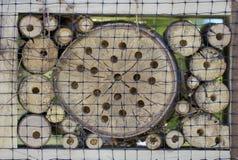 Specialt hus för användbara trädgårds- kryp som byggs av naturliga material Skapar naturliga villkor för att underhålla Arkivfoto
