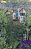 Specialt hus för användbara trädgårds- kryp som byggs av naturliga material Skapar naturliga villkor för att underhålla Royaltyfri Bild