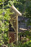 Specialt hus för användbara trädgårds- kryp som byggs av naturliga material Skapar naturliga villkor för att underhålla Royaltyfria Foton