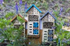 Specialt hus för användbara trädgårds- kryp som byggs av naturliga material Skapar naturliga villkor för att underhålla Royaltyfri Foto