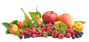 Specie differenti di frutta e della bacca: fragole, lamponi, uva passa, pere, mela ed albicocche immagine stock libera da diritti