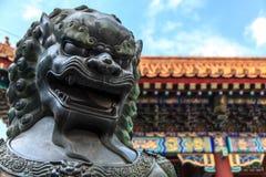 Specificera av brons statyn av en lion på sommarslotten Royaltyfri Fotografi