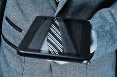 Affärsman som använder en tabletdator Arkivbild