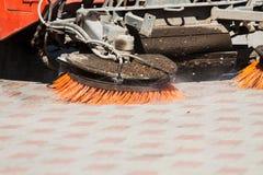 Specificera av en gatasopare bearbetar med maskin/bilen Royaltyfria Foton