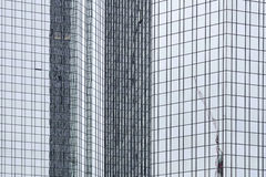 Reflexioner i en modern kontorsbyggnad Arkivbilder