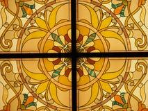 Specificera av ett tillbaka tänt målat glassfönster med vibrerande färger royaltyfri fotografi