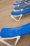 Sunbeds i stranden Royaltyfri Foto