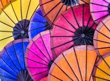 Mångfärgade paraplyer på natten marknadsför - South East Asia royaltyfri foto