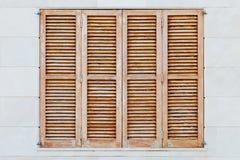 Bruntet stänger med fönsterluckor Arkivfoton