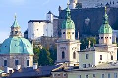 Specificera av Salzburg kyrkliga kupoler arkivfoto