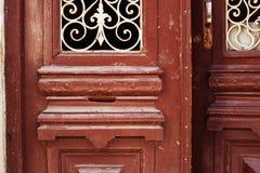 Specificera delen av den dekorativa gamla trädörren med prydnaden i Tbilisi Royaltyfria Foton
