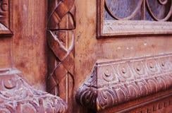 Specificera delen av den dekorativa gamla trädörren med prydnaden i Tbilisi, Georgia Arkivbilder