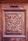 Specificera delen av den dekorativa gamla trädörren med prydnaden i Tbilisi, Georgia Fotografering för Bildbyråer