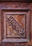 Specificera delen av den dekorativa gamla trädörren med prydnaden i Tbilisi, Georgia Arkivbild