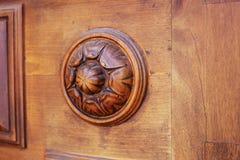 Specificera delen av den dekorativa gamla trädörren med prydnaden i Tbilisi, Georgia Royaltyfria Bilder