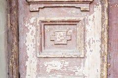 Specificera delen av den dekorativa gamla trädörren med prydnaden i Tbilisi, Georgia Royaltyfri Bild