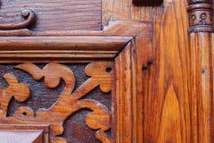 Specificera delen av den dekorativa gamla trädörren med prydnaden i Tbilisi, Georgia Royaltyfria Foton