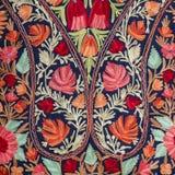 Specificera den handgjorda pashminasjalen med delikat broderi på utomhus- hantverk marknadsför i Katmandu, Nepa arkivbild