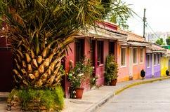 Specificera den sceniska sikten av färgrika hus i Santiago Chile Arkivfoto