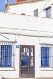 Specificera fasadbyggnad, typisk maritimt för medelhavs- färger ho royaltyfri foto