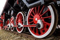 Specificera och stäng sig upp av enorma hjul på en gammal tysk ånga locom Royaltyfria Bilder