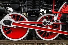 Specificera och stäng sig upp av enorma hjul på en gammal tysk ånga locom Arkivfoton