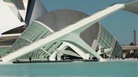 Specificera och stäng sig upp på byggnad i Ciudad de las artes y ciencias valencia arkivfilmer