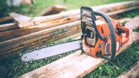 Specificera sikten av chainsawen, konstruktionshjälpmedel, jordbrukdetaljer utrustning som arbeta i trädgården utomhus- sommararb royaltyfri foto
