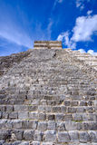 Specificera sikten av den Mayan pyramiden El Castillo i Chichen Itza Royaltyfri Bild