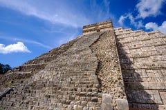 Specificera sikten av den Mayan pyramiden El Castillo i Chichen Itza Royaltyfria Bilder