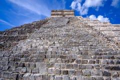 Specificera sikten av den Mayan pyramiden El Castillo i Chichen Itza Royaltyfria Foton