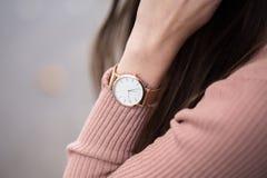Specificera skottet av en ung trendig affärskvinna med den guld- klockan förestående Royaltyfri Bild