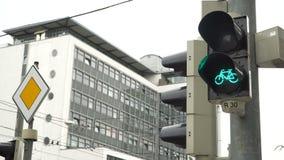 Specificera skottet med en cykeltrafikljus som kopplas till grön färg arkivfilmer