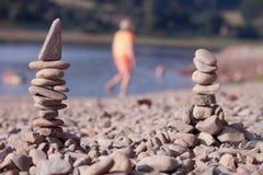 Två står hög av stenar Arkivfoto