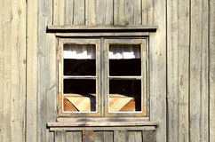 Gammalt hus för bakgrund med fönster Arkivfoto