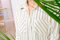 Specificerar härlig vit gjort randig mode för kvinnablusskjortan tätt upp minsta bekväm moderiktig modestil Royaltyfri Foto