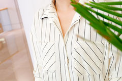 Specificerar härlig vit gjort randig mode för kvinnablusskjortan tätt upp minsta bekväm moderiktig modestil Fotografering för Bildbyråer